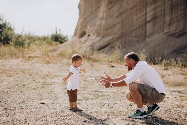 Vader en zoon hebben plezier