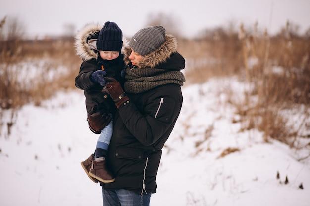 Vader en zoon in een winter park