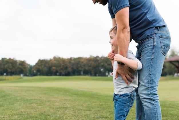 Vader en zoon in het park