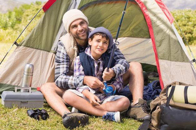 Vader en zoon in hun tent