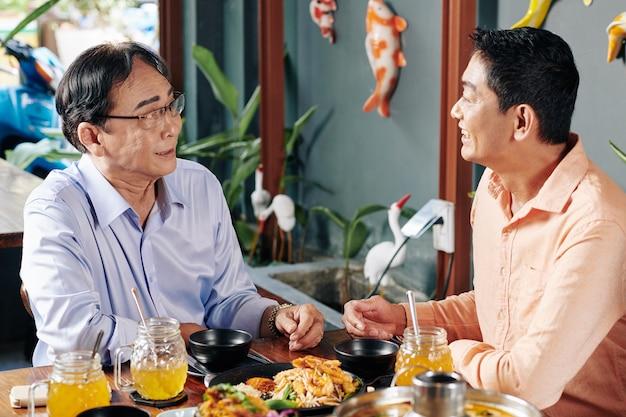 Vader en zoon in restaurant