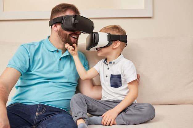 Vader en zoon in vr-bril die samen plezier hebben