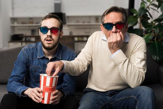 Vader en zoon kijken naar 3d-film