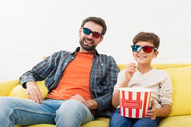 Vader en zoon kijken naar een film