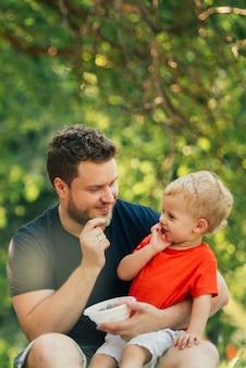 Vader en zoon kijken naar elkaar