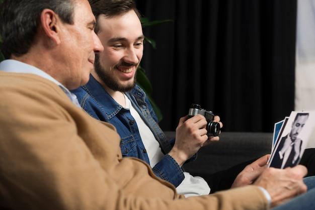 Vader en zoon kijken naar foto's