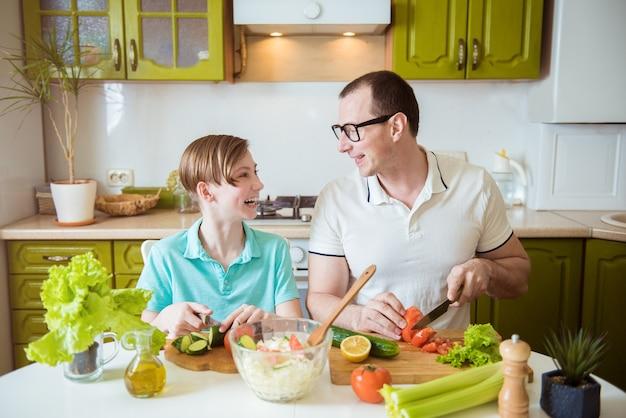 Vader en zoon koken samen in de keuken
