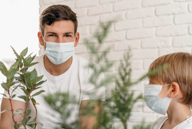 Vader en zoon leren samen over planten