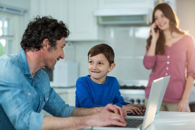 Vader en zoon met behulp van laptop