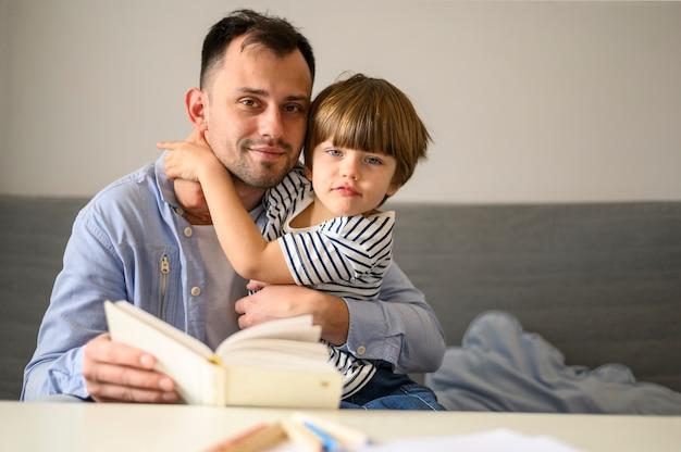 Vader en zoon met boek