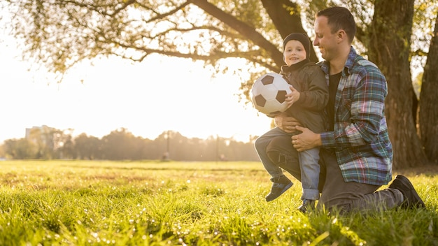 Vader en zoon met een lange blik op voetbal