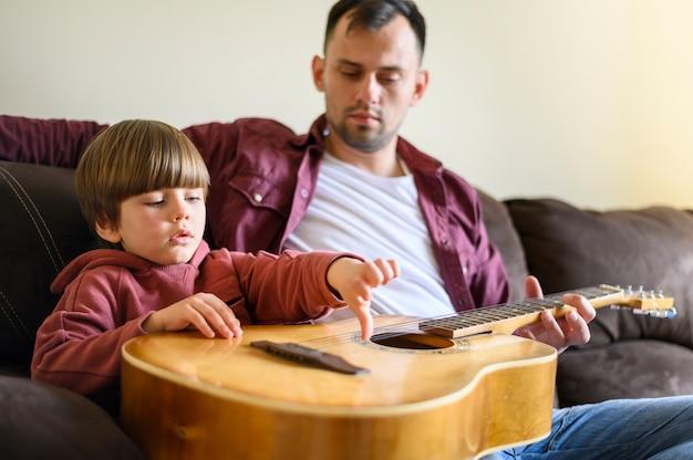 Vader en zoon met gitaar