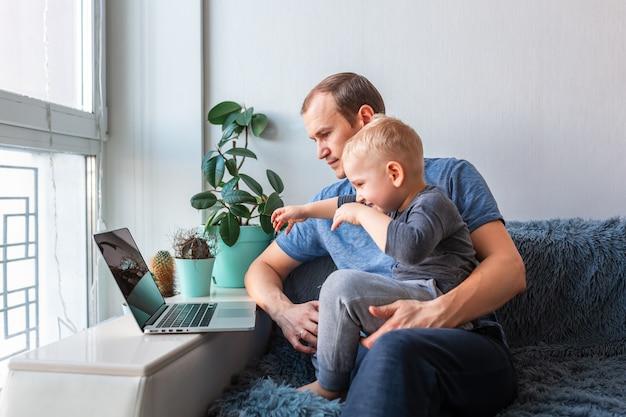 Vader en zoon met video-oproep met grootouders op laptop blijf thuis, communicatie op afstand concept