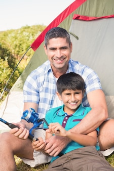 Vader en zoon naast tent