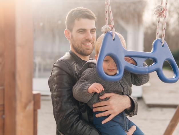 Vader en zoon op de speelplaats