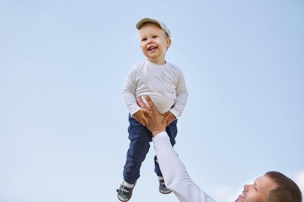 Vader en zoon op een achtergrond van blauwe lucht. het concept van vaderschap
