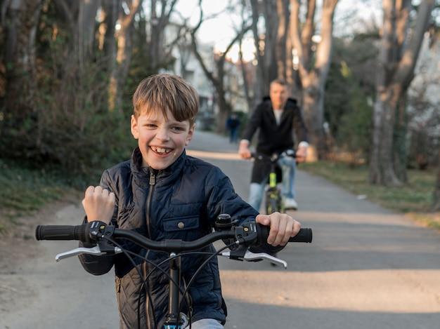 Vader en zoon op fietsen racen