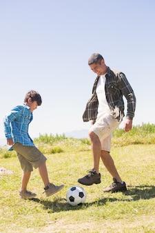 Vader en zoon op het platteland