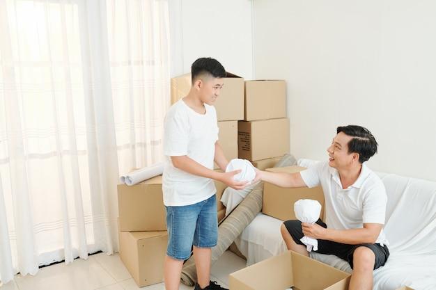 Vader en zoon pakken spullen uit