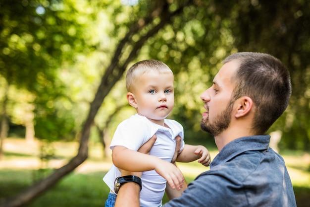 Vader en zoon plezier in park in zomerdag