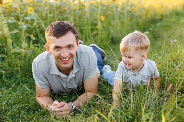 Vader en zoon plezier op het gras