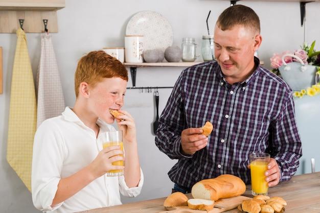 Vader en zoon poseren in de keuken