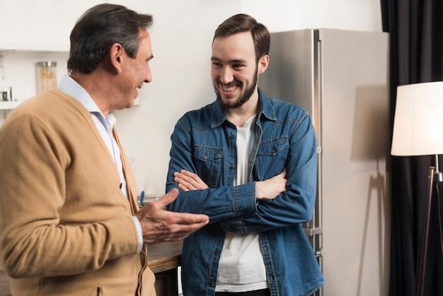 Vader en zoon praten in de keuken