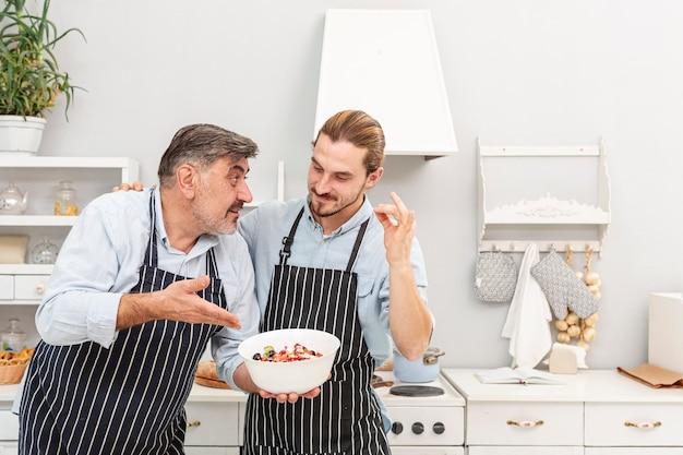 Vader en zoon praten over salade