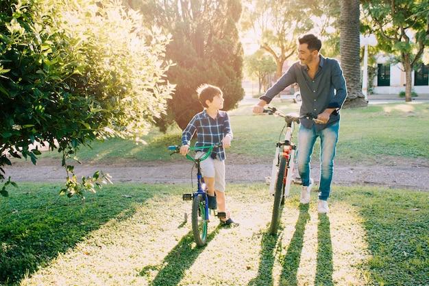 Vader en zoon samen buitenshuis