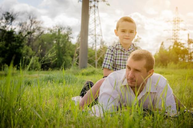 Vader en zoon samen in de natuur.