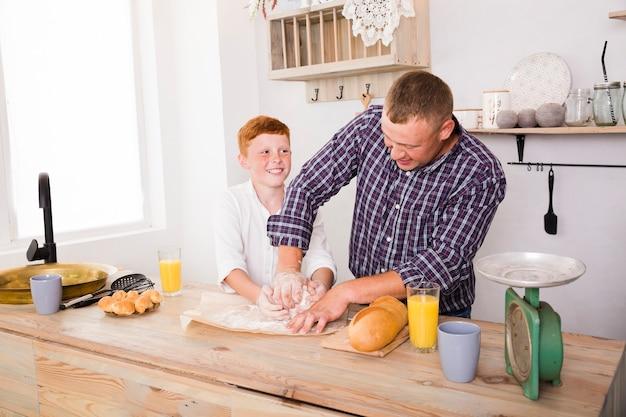 Vader en zoon samen koken