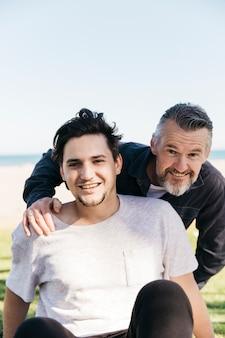 Vader en zoon samen op het strand
