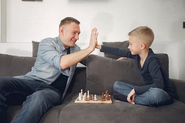 Vader en zoon schaken