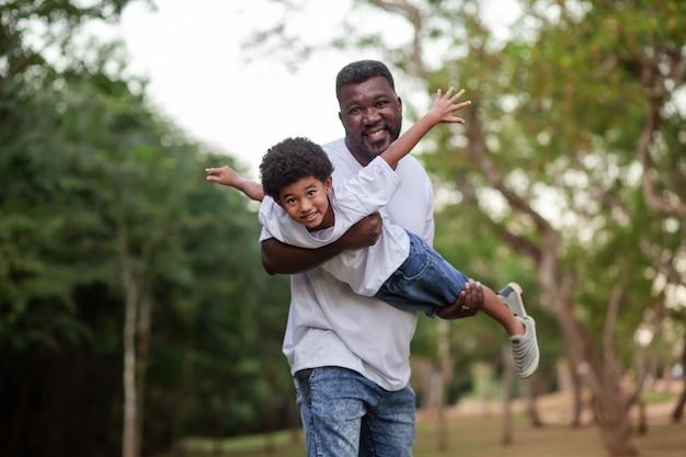 Vader en zoon spelen buiten in het park