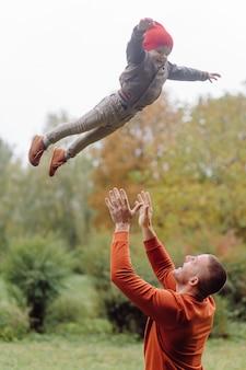 Vader en zoon spelen in de tuin