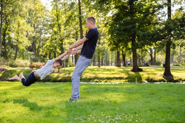 Vader en zoon spelen in het park