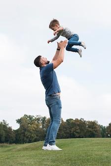 Vader en zoon spelen in park