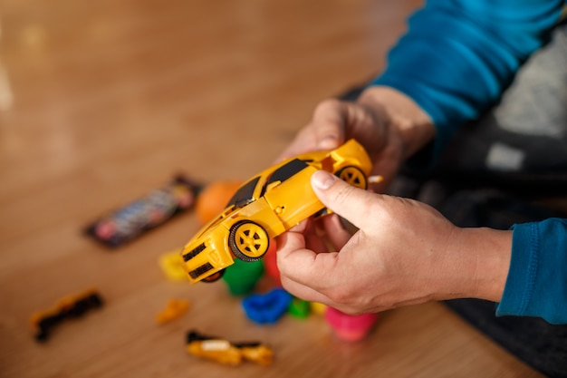 Vader en zoon spelen met speelgoedmachines