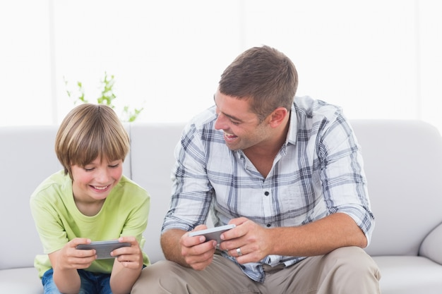 Vader en zoon spelen op mobiele telefoon