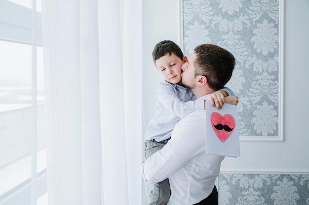 Vader en zoon spelen samen op vaders dag