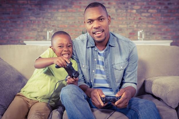 Vader en zoon spelen samen videogames