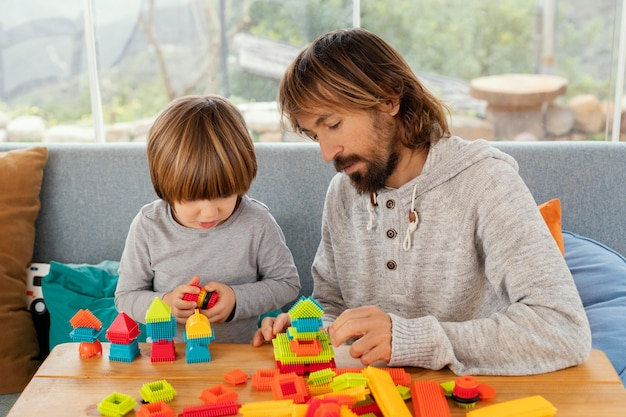 Vader en zoon spelen samen