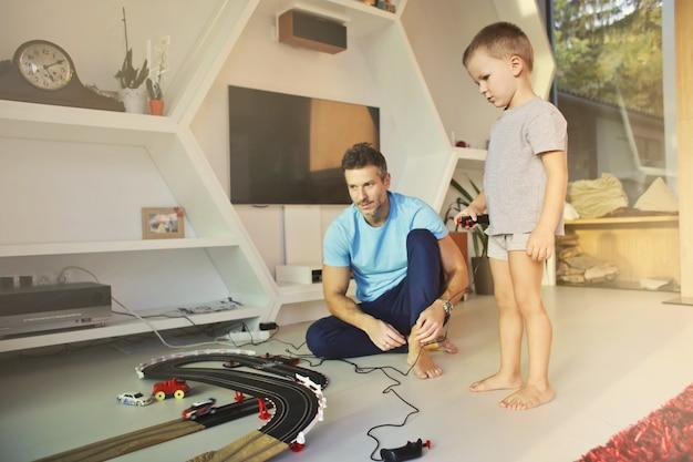 Vader en zoon spelen tijd