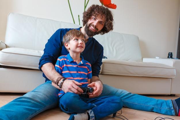 Vader en zoon spelen van videogame thuis