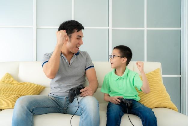 Vader en zoon spelen van videogames