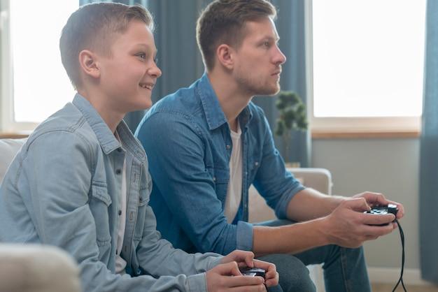 Vader en zoon spelen van videospellen samen