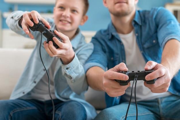 Vader en zoon spelen van videospellen