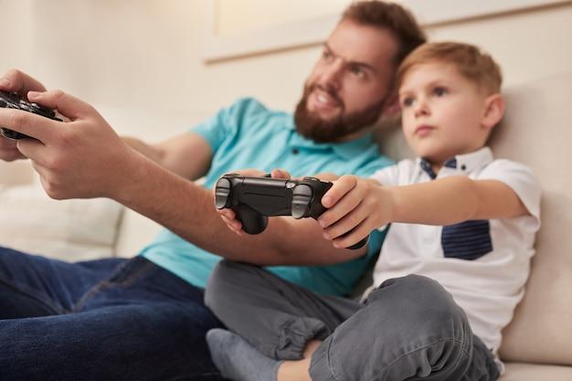 Vader en zoon spelen videogame