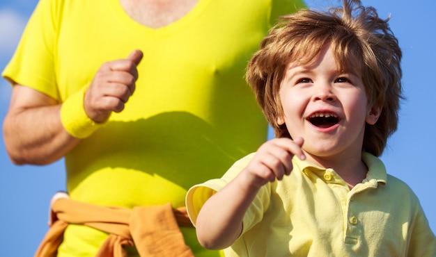 Vader en zoon sporten en rennen. sport voor kinderen, actief kind rennen. gezond familieconcept.