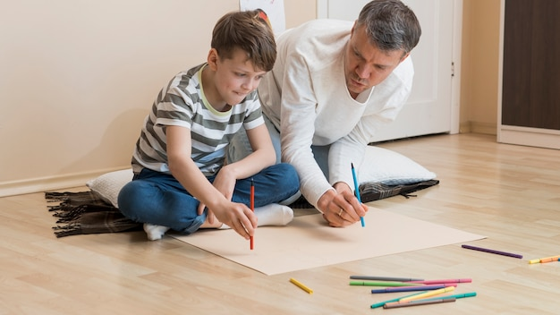 Vader en zoon tekenen met markeringen